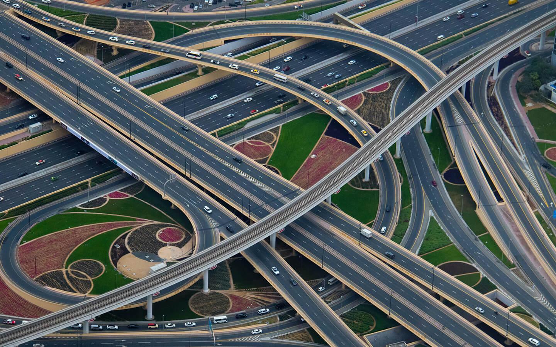Méandre d'autoroutes avec camion et voiture